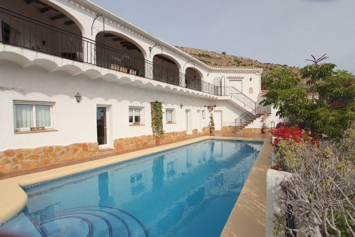 Villa orientada al sur con vistas al mar en Javea