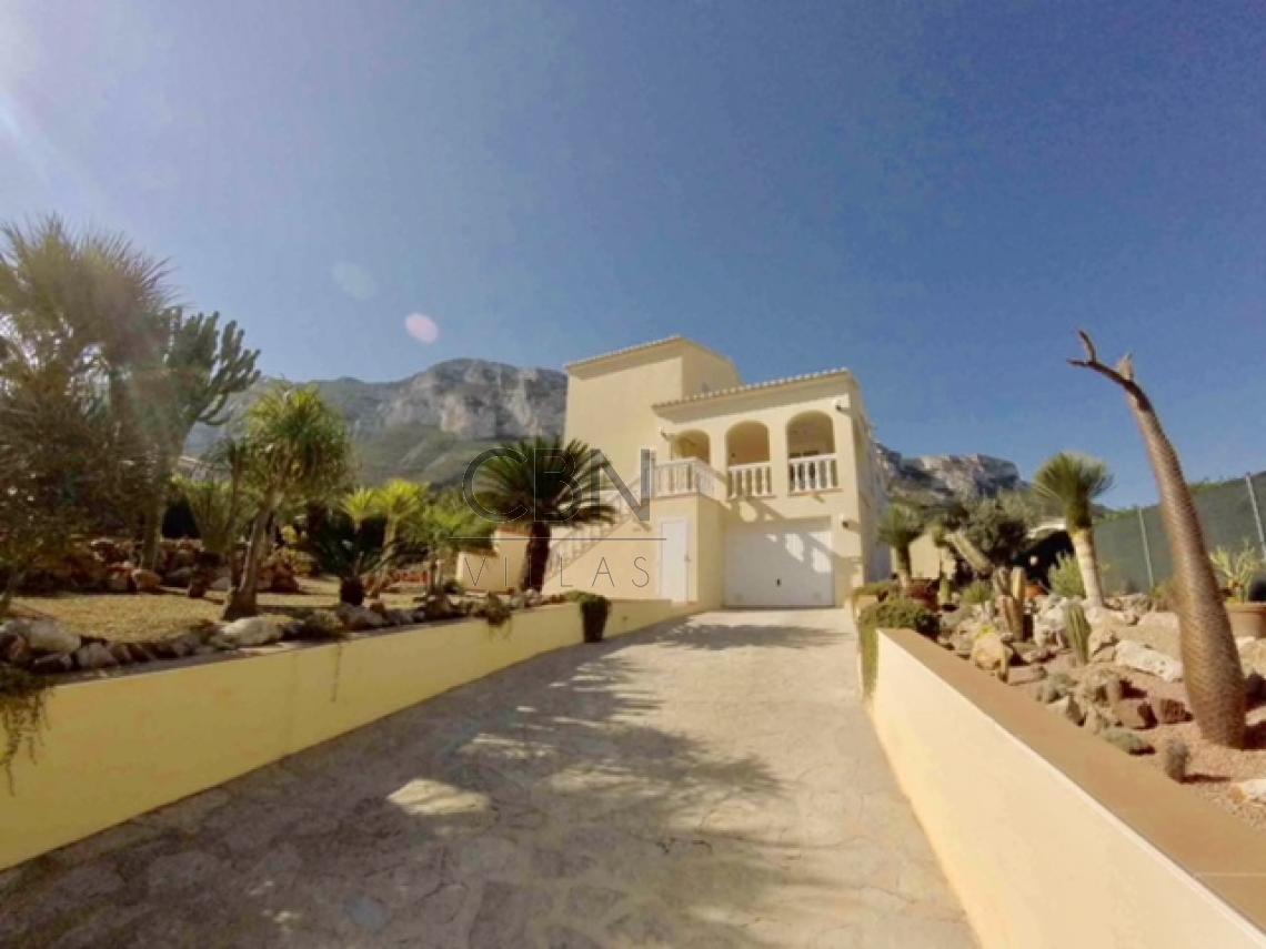 Villa en venta con vistas al mar en Dénia